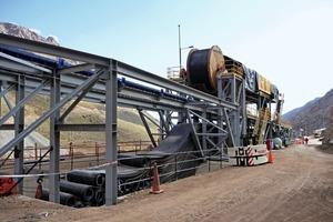 3 Der Einzug des neuen Fördergurts erfolgte bei laufendem Betrieb # The replacement of the new conveyor belt took place during ongoing operation