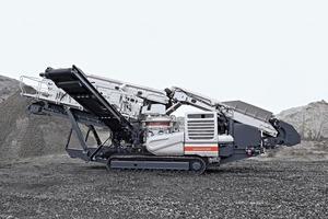 """<div class=""""bildtext"""">1 Der Lokotrack LT220D betriebsbereit im Steinbruch • The Lokotrack LT220D ready for operation in the quarry</div>"""