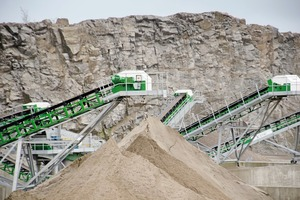 "<div class=""bildtext"">8 Velde conveyors and quarry face in background</div>"