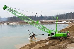 1 Im Kieswerk Wundschuh nahe Graz schürft ein SENNEBOGEN 6130 HD Seilbagger in Tiefen bis zu 13 m • In the Wundschuh gravel quarry near Graz a SENNEBOGEN 6130 HD duty cycle crawler crane trenches at depths to 13 m