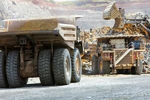 Hitachi-Muldenkipper in der Kansanshi Kupfer- und Goldmine • Hitachi dump trucks at the Kansanshi copper and gold mine<br />