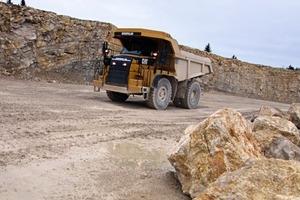 Der neue SKW befördert das durch Sprengung gewonnene Kalkgestein • The new heavy-duty lorry handling the blasted limestone
