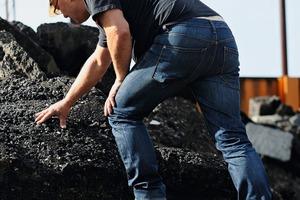 1 Bei der Arbeit mit schweren Gesteinsbrocken sind Sicherheitsschuhe ein Muss • For working with heavy rocks, safety shoes are a must<br />