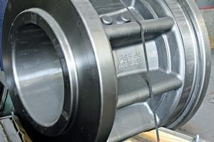 5 Rund 4 t wiegt diese aus Siron-Gusseisen EN-GJS-600-10 hergestellte Nabe für einen im Bergbau eingesetzten Groβ-Radlader. Das Teil wird inzwischen mit Stückzahlen von jährlich 300-700 Stück in Serie gegossen • This hub made of Siron cast iron EN-GJS-600-10 for a big wheel loader used in the mining industry weighs around 4t. The part is now cast in series in unit numbers of 300 – 700 hubs per annum