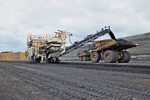 "<div class=""bildtext"">1 The high-performance conveyor loads high quality thermal coal into a 200-tonne dump truck</div>"