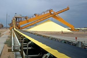 Kombination aus Haldenschüttgerät und Entspeicherungsanlage in Vollportalbauweise für Schwefel • Combined stacker and portal reclaimer handling sulphur