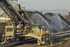 """<div class=""""bildtext"""">9Wassersprühung zur Staubvermeidung • Water spraying system for dust prevention</div>"""